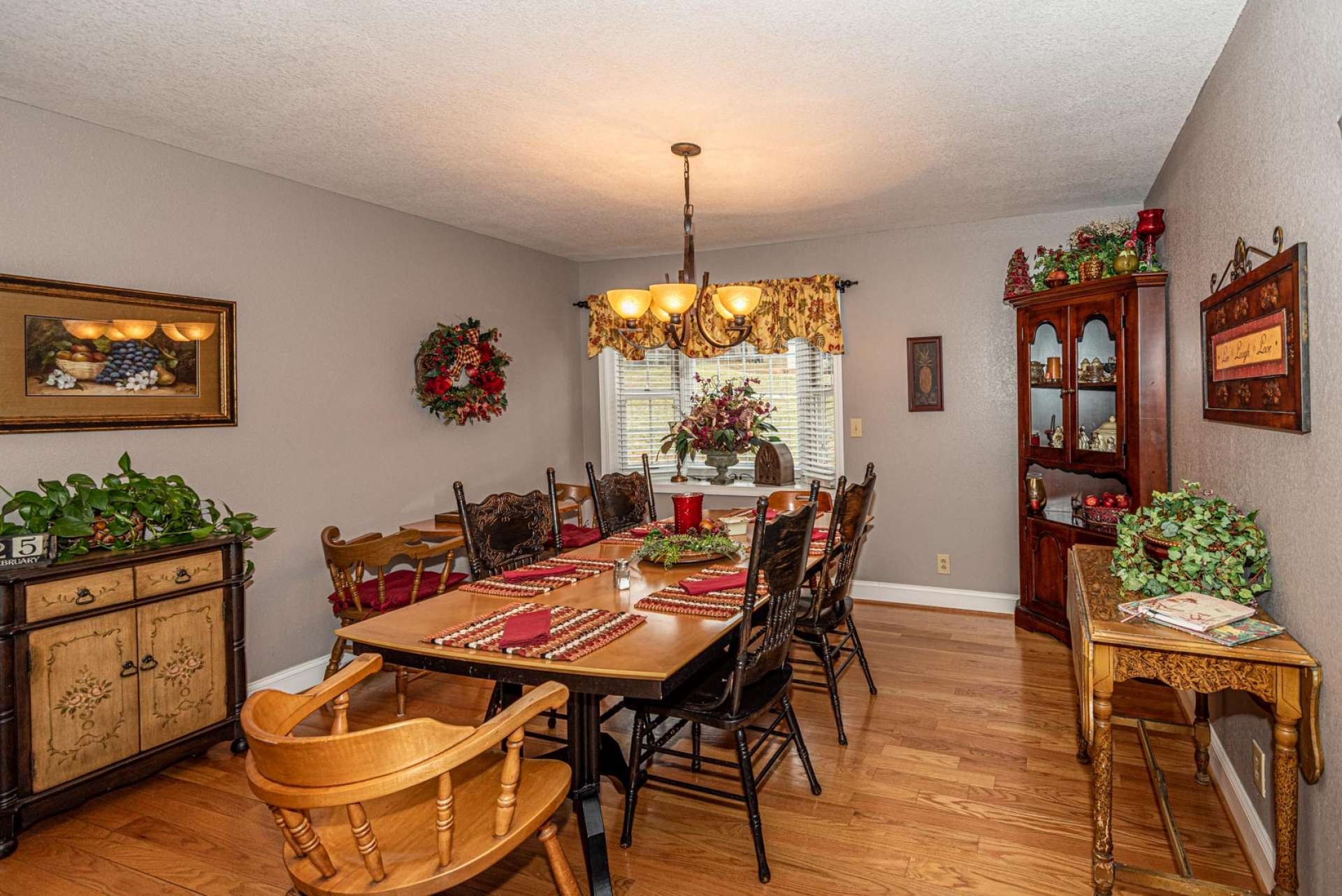 The dining area is perfect for formal entertaining and intimate candlelight dinners for two.